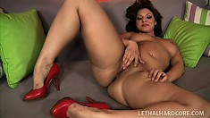 Stacked brunette with a big booty Ava Rose lies on the couch and fingers her wet pussy
